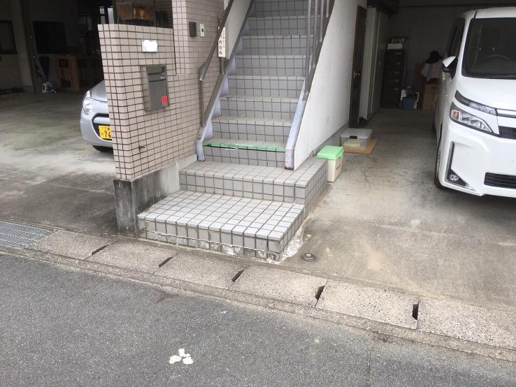 階段のタイルが割れて心配。。。